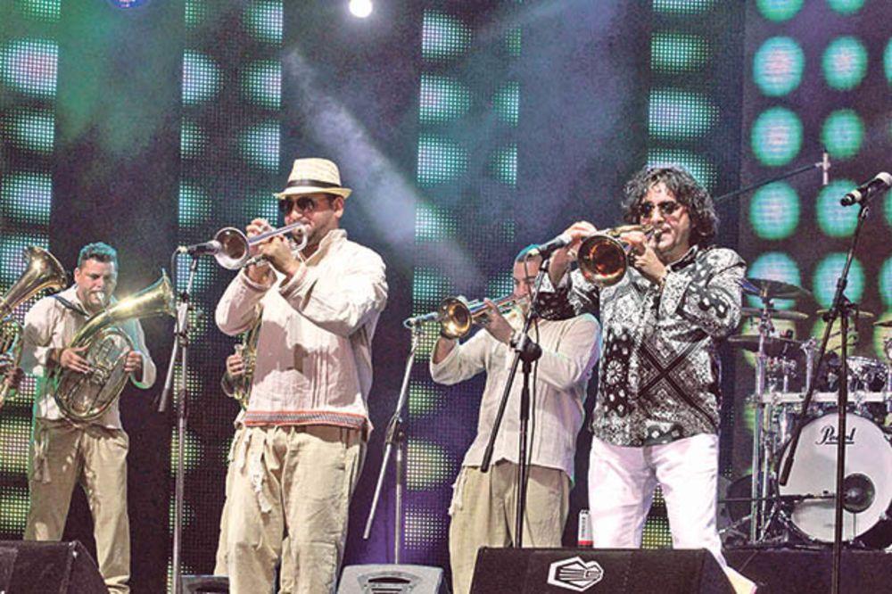 716127_guca-festival-trbusni-ples-igracice-truba-folk_ls